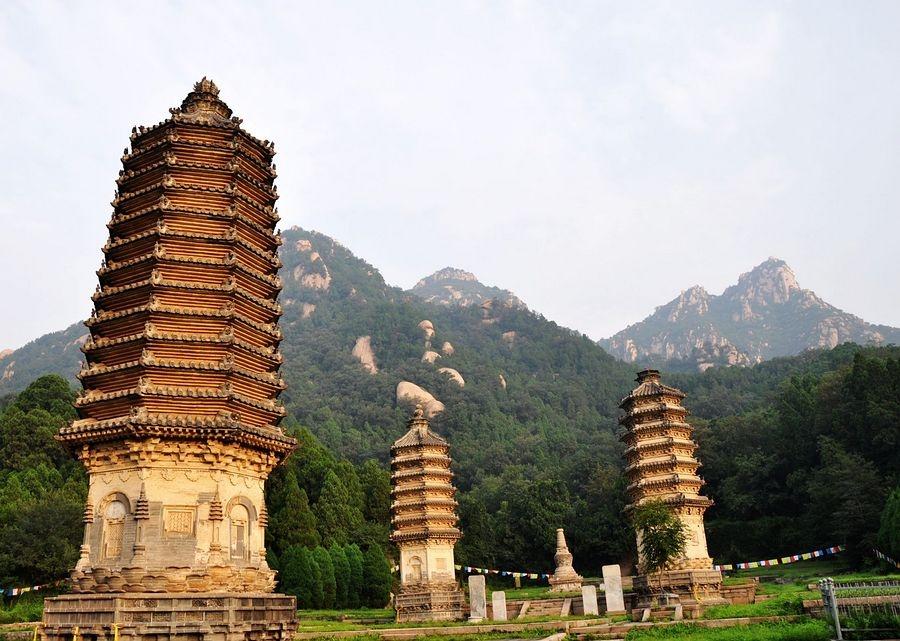 铁壁银山不但光景宜人,还以寡多古塔著称。银山的辽代塔群是中国现存辽塔最多的有名光景区。塔群自金元以来,经明、清至今,已有600多年历史,塔群在六百年中经年乏造,民间素有银山浮图数不尽之说。年夜片塔群高者数丈,小者径尺,高低错落,布局规整,结构一致,均为八角形平面,外型精好,塔身有很多浮雕,线条摩登,历经沧桑,年代暂远,却保存完好,据说因为这里山高路远,人迹罕至,所以在动乱年代才得以幸免于难。