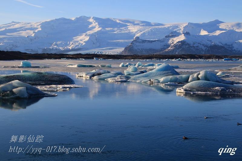 杰古沙龙湖是冰岛最著名、最大的冰川湖。它位于冰岛东南部,瓦特纳冰原的南端。冰河湖于1934-35年开始出现,由于冰岛冰川的大量融化,从1970年代开始,冰河湖的面积不断扩大,如今面积为18平方公里,湖深200米,为冰岛第二深湖。 这个湖泊的形成很特别,瓦特纳冰原在此有个缺口,因而形成布莱特美克冰河,冰河底端形成深约100公尺的湖泊,冰河上的巨冰不断地崩塌,而且漂浮在湖上,而浮冰经过风、雨、潮流的影响,形成大自然冰雕。-摘自网络