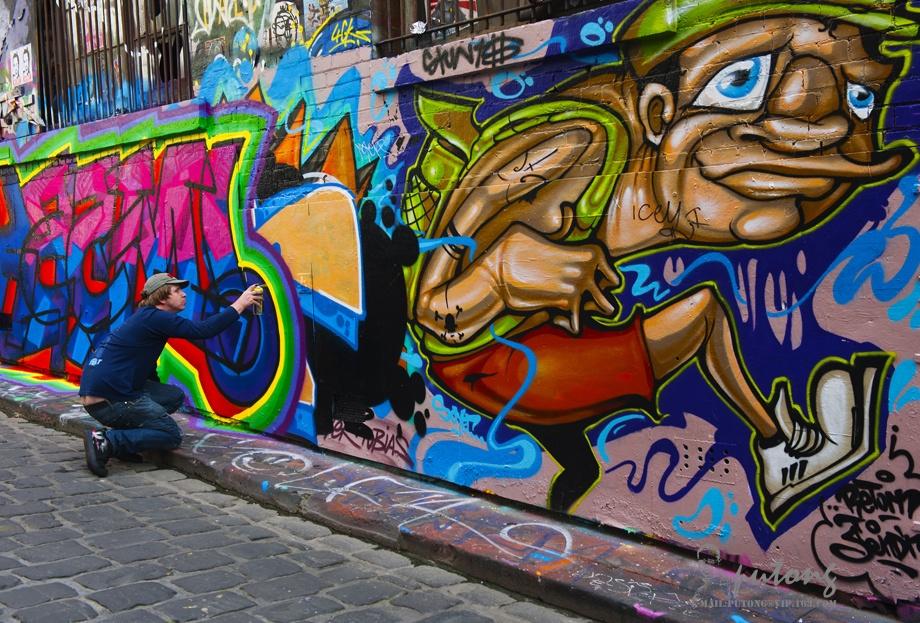 墨尔本是一座现代而充满了文艺气息的城市。   在墨尔本的城市的大街小巷里,许多地方都有涂鸦墙,这些涂鸦艺术成为了这座城市一道独特的风景,也是游客们乐于造访的地方。   正巧,我们网上订的公寓式宾馆的楼下,就是墨尔本最著名的涂鸦小巷霍西尔巷(Hosier Lane),位置就在弗林德斯街联邦广场的对面,紧临着圣彼得斯(St Peters)大教堂。据说,这里不仅有很多作品是涂鸦大师的作品,而且优越的地理位置吸引着涂鸦艺术家不断推陈出新,霍西尔巷因此闻名遐迩。   因为就在楼下,所以在墨尔本逗留期间,我有更多