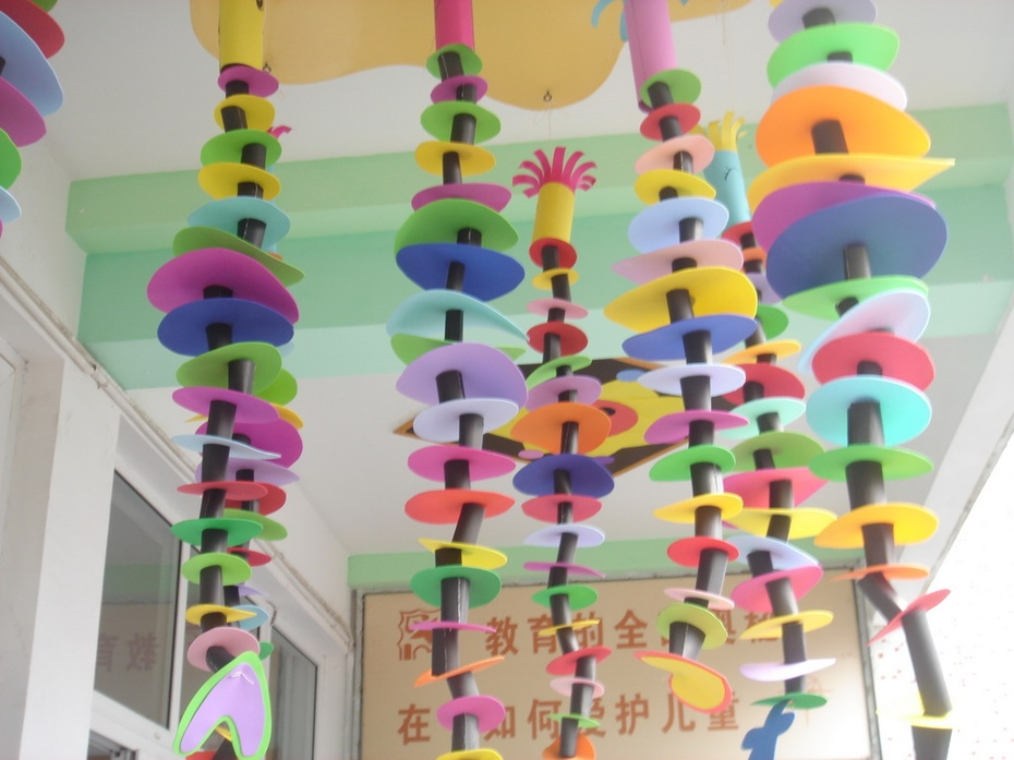 用我们分组制作的小吊饰装扮我们的课室吧!