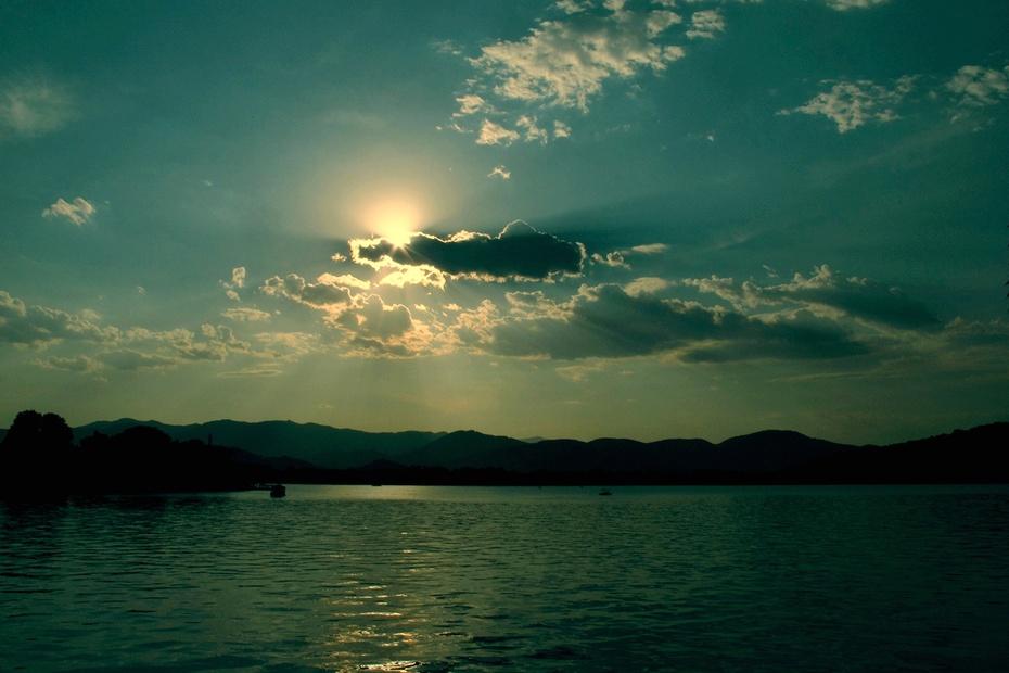 昆明湖是颐和园的主要湖泊,占全园面积的四分之三,约220公顷。南部的前湖区碧波荡漾,烟波淼淼,西望起伏、北望楼阁成群;湖中有一道西堤,堤上桃柳成行;十七孔桥横卧湖上,湖中3岛上也有形式各异的古典建筑。 昆明湖是清代皇家诸园中最大的湖泊,湖中一道长堤西堤,自西北逶迤向南。西堤及其支堤把湖面划分为三个大小不等的水域,每个水域各有一个湖心岛。这三个岛在湖面上成鼎足而峙的布列,象征着中国古老传说中的东海三神山蓬莱、方丈、瀛洲。由于岛堤分隔,湖面出现层次,避免了单调空疏。西堤以及堤上的六座桥是有意识地摹仿杭州