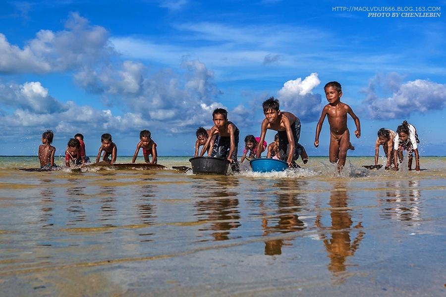 """有着""""海上吉普赛人""""之称的巴沃--罗特人生活在仙本那,是真正的海洋之子。他们生活在社会的最底层,除了水上木屋下拴着的小船和少许做饭的家什,几乎什么都没有:没有国籍、没有学校、没有未来,完全被排斥到社会的边缘,而他们的孩子守着大海无忧无虑地玩耍、嬉闹……"""