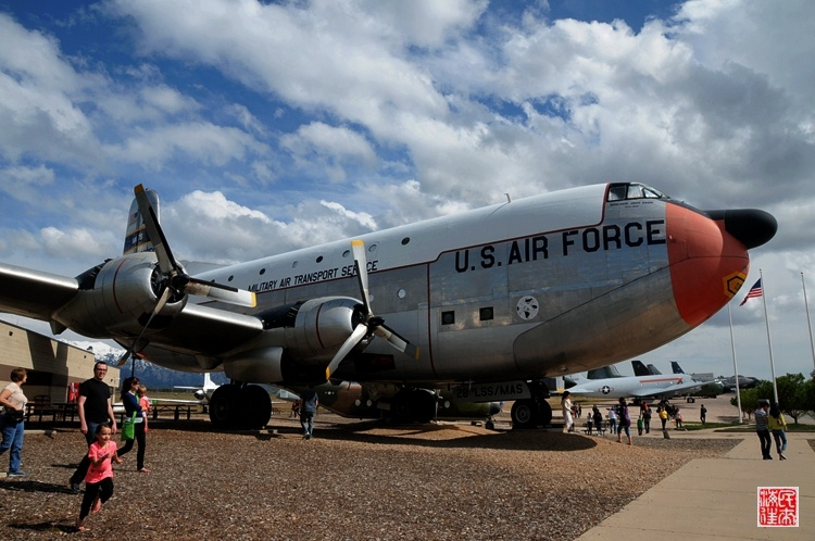 下图:内厅展示的美军战机都保存良好,这些退役飞机的