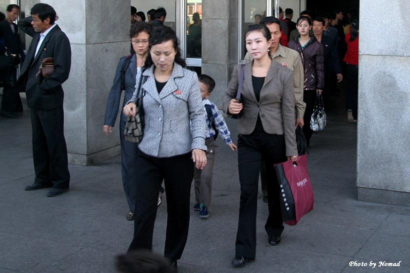 走进朝鲜--- 街拍纯朴自然的朝鲜美女 - 国防绿 - ★☆★国防绿JL★☆★