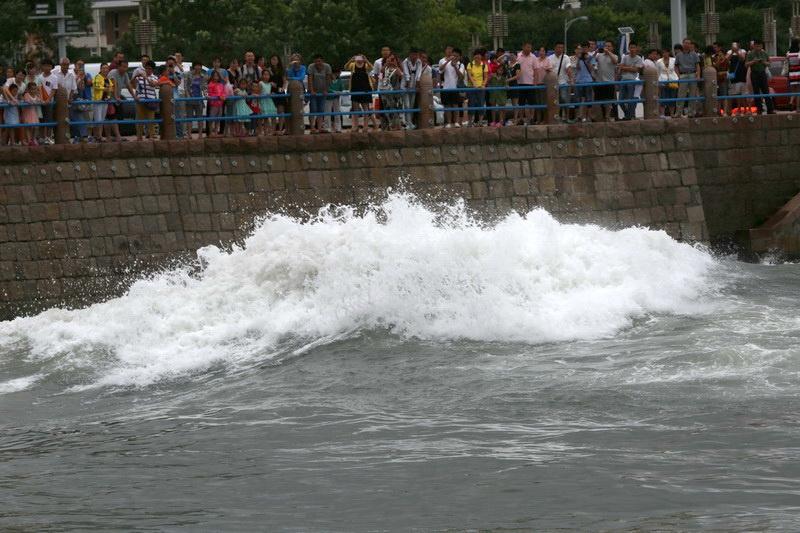台风麦德姆来袭,青岛五四广场海岸波浪滔天