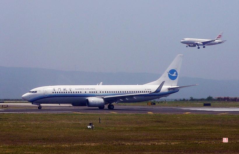 在重庆机场看飞机