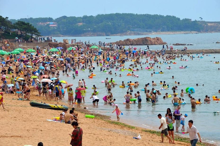 青岛是人们避暑的好地方,可是大家都这么想,就会一窝蜂似的前往,海边