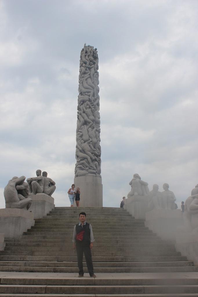 公园里的老年男女_到幸福的北欧看一看之五:奥斯陆跳台滑雪场和维格兰雕塑公园 ...