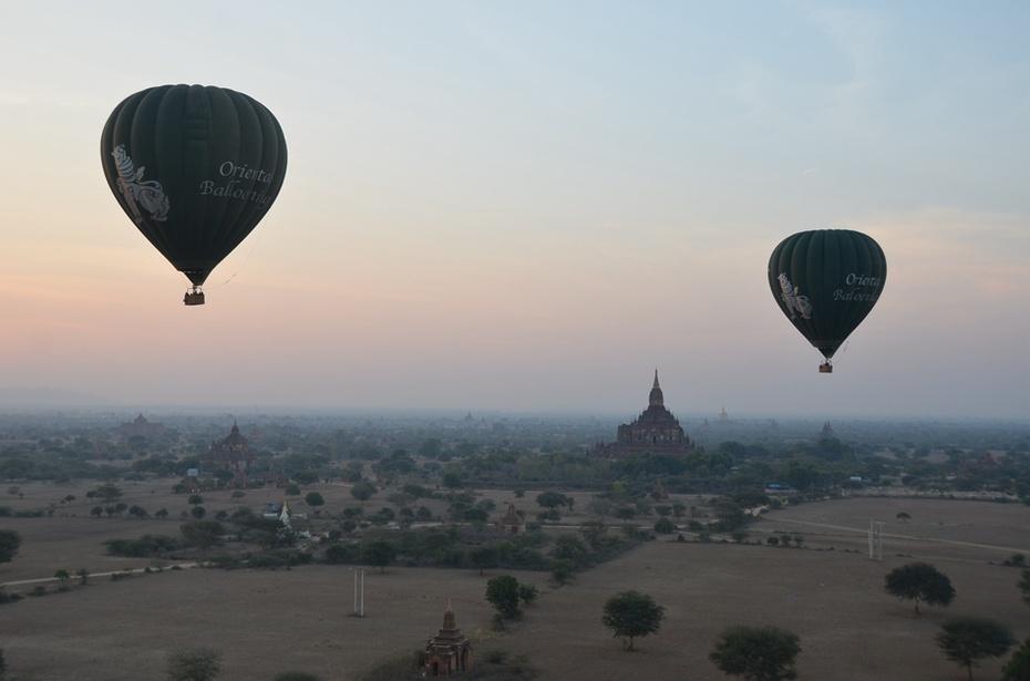 伊洛瓦底江从远方流过,一座座佛塔从身边经过,一个个热气球在空中飘过