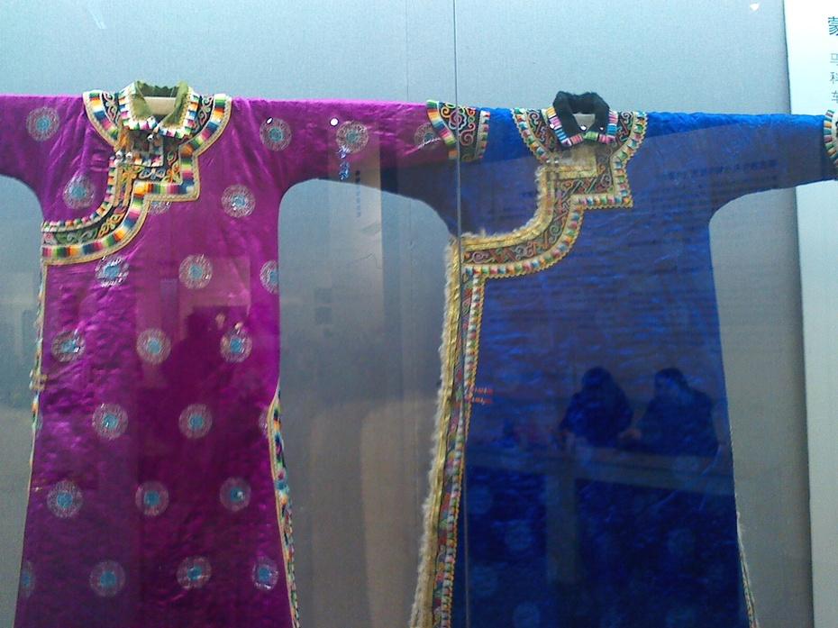 这件衣服是我去北京看展览的时候拍的,传统的蒙古袍 高清图片