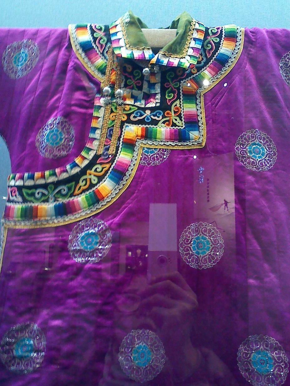 领子上的花纹都是一针一针用手工刺绣上去的,太精美了,蒙古袍的配色都