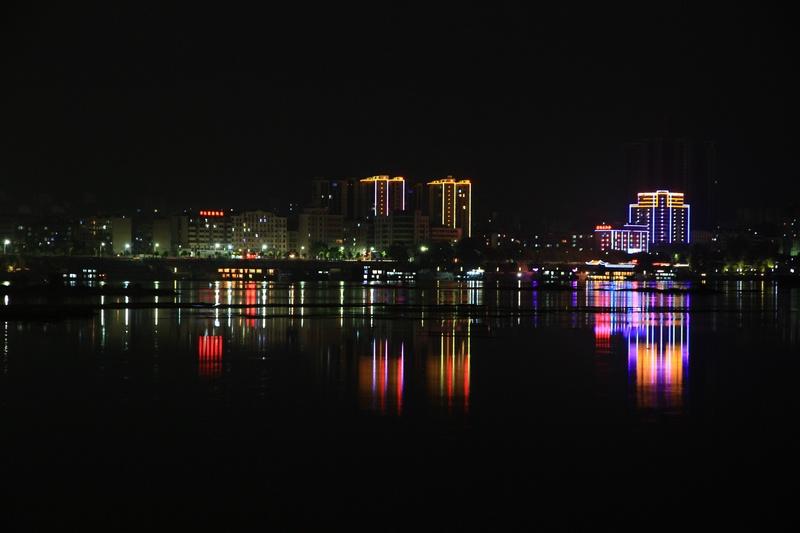 静静的夜里只有几个摄影人,用镜头捕捉丹江口最美夜色.