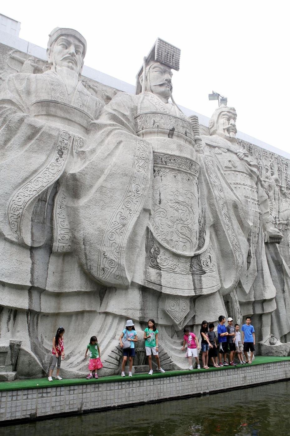 (上图)去延安参观了宝塔山,枣园窑洞,接受红色教育.