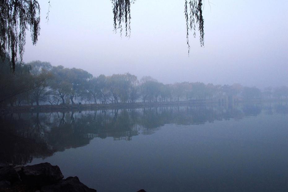 山水柳树小船景壁纸