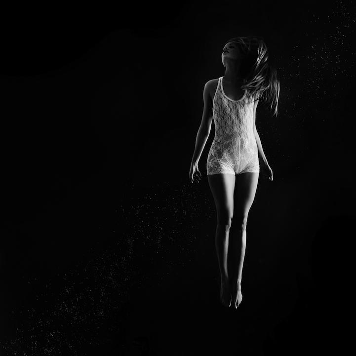 《芭蕾舞女》是加拿大摄影师Vanessa Paxton的摄影系列,旨在探索优雅的芭蕾舞女的自由和孤独。 Vanessa的目标即是创造一种以逐渐入睡或刚刚醒来的状态为节奏主题的意象,即那种似醒非醒的感觉。 作品中芭蕾舞女白色的服装和身后黑漆漆的背景形成了一种非常明亮清新的氛围,似乎每个舞者都悬浮在广阔无垠的虚无中。黑色的背景同时给人一种没有尽头的感觉,身着白色舞服的舞蹈着是唯一的主题,其他大量的空间都留给观者自己去想象,去解读每个舞者及其身后的故事。而舞者近旁飘渺的白色的光点又将我们从冰冷的现实带入了梦