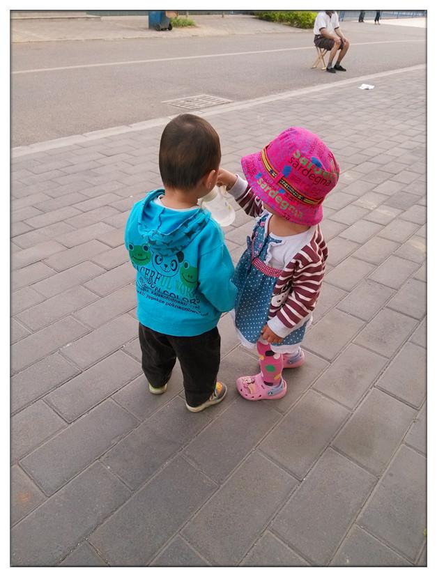 小孩坐着背影简笔画
