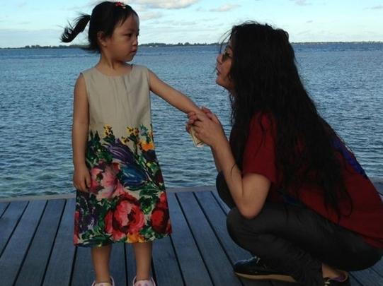 赵薇3岁女儿近照及全家福罕见曝光(图) - 中国娃娃 - 在路上,只为温暖我的人