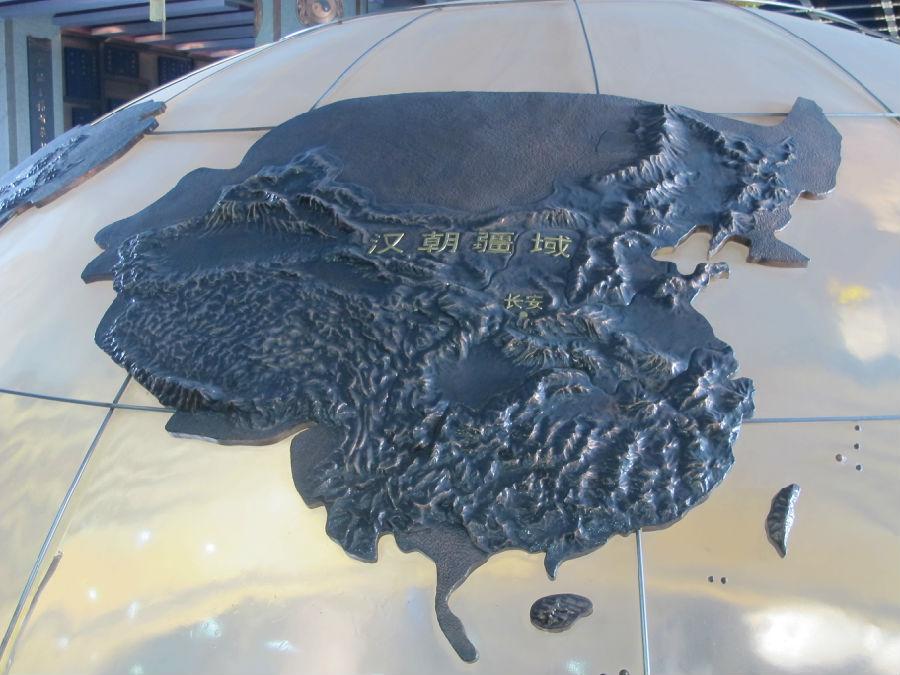 山西/在一个巨大的地球仪上,有历代版图展示...