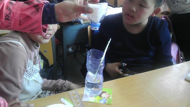 怎么制作一个能计10分钟的泄水型水钟?(要带自绘图,步。 拿一个大一点的瓶子,下面挖一个小一点的洞,灌水进去,让水从洞里流出来,计时十分钟,把流出来的水盛起来,再倒进去。那么等水流完,就是十分钟。 材料:水,瓶子,剪刀,钟 虽然具体怎么制作不懂,但楼上的回答显然是错误的,因为他没考虑水压的变化,水压的变化必会引起流量的变化也就引起时间的精确。