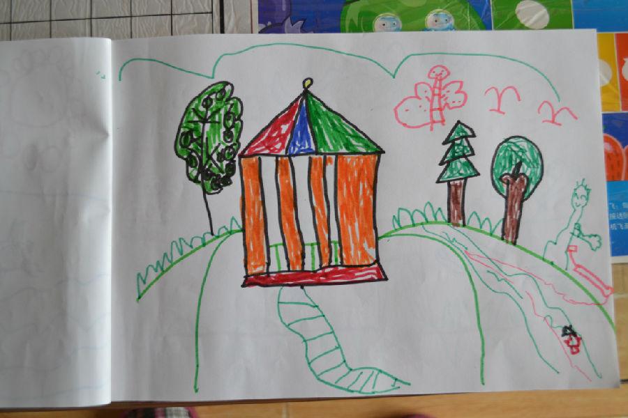 在幼儿园的作品,估计是春节放假前老师发图画本时
