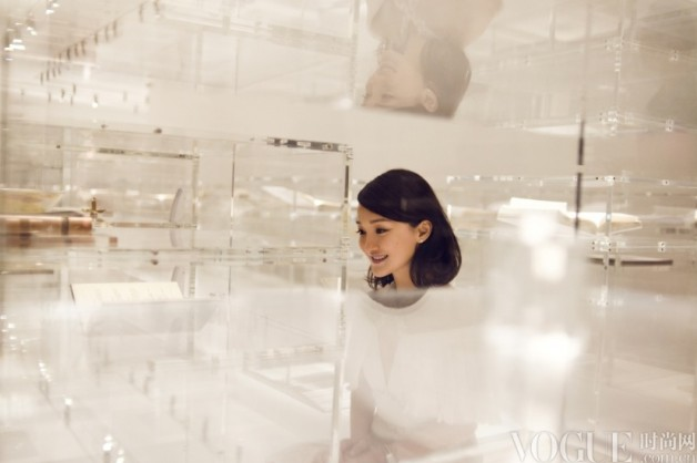周迅清新亮相《文化香奈儿—N°5》展览 - VOGUE时尚网 - VOGUE时尚网