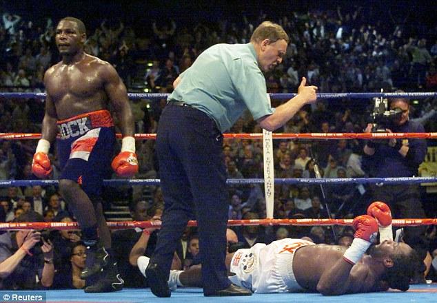 2001年4月21日,南非,约翰内斯堡。 哈西姆.拉曼第5回合KO胜伦诺克斯.刘易斯,赢得WBC/IBF世界重量级拳王。 这是新世纪重量级拳坛的第一场惊天大冷门。此时的刘易斯已经在过去四年中完成了世界重量级冠军赛的9胜1平,继1987年的泰森之后,他成为第二位统一大三冠的伟大冠军。他先是击败了麦考尔获得空缺的WBC冠军(泰森为回避与之比赛而放弃了WBC头衔),随后又击败了WBO三连冠的阿金旺德(32-0-1)。在与美国拳击的骄傲霍利菲尔德(WBA/IBF冠军)的最终决战中,刘易斯先平后胜,成为又一位三冠
