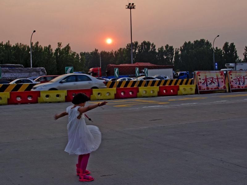 高速路旁燕子飞,小丫舞伴夕阳红 - 侠义客 - 伊大成 的博客