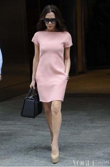 女王维多利亚夏日街拍合辑 - VOGUE时尚网 - VOGUE时尚网
