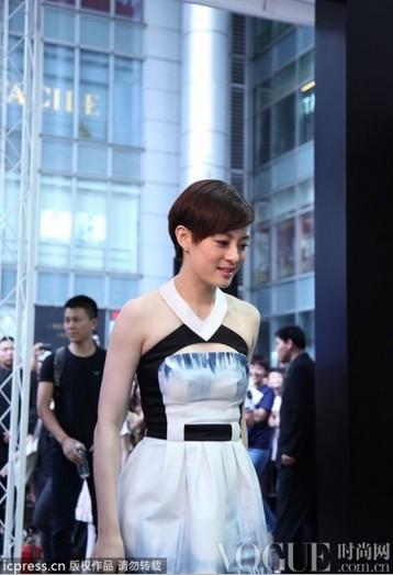 孙俪连衣裙巧搭尖头高跟凉鞋 - VOGUE时尚网 - VOGUE时尚网