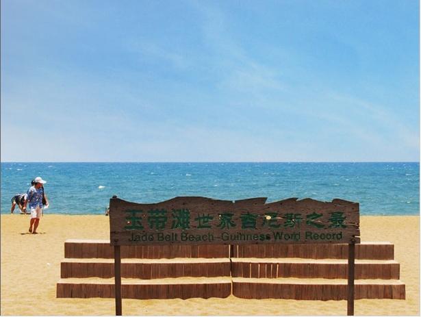 南京康辉旅行社介绍南京到海南旅游攻略:   1、三亚是一个被大自然宠坏的孩子!大自然把最宜人的气候、最清新的空气、最和煦的阳光、最湛蓝的海水、最柔和的沙滩、最风情万种的少数民族、最美味的海鲜都赐予了这座海南岛最南端的海滨旅游城市。三亚归来不看海,除却亚龙不是湾的美誉更是吸引了众多国内外游客!三亚的天空很蓝、阳光很灿烂,也很猛烈,你骄嫩的肌肤,SPF50以上防晒霜是必须配备的,晒后镇定修护露、保湿喷雾、美白面膜等都可以带上。洗发液、护发素也是必备的,海水很伤头发,酒店提供的洗护用品比较劣质。