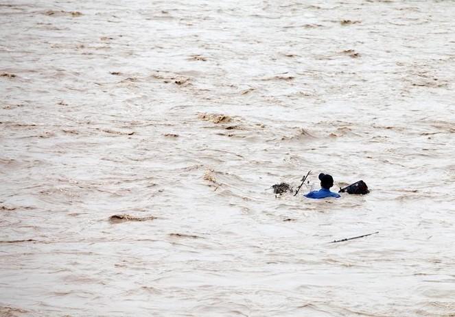 水库泄洪:一男子被冲走身亡全程(组图) - 遇果林 - 遇果林-原生态博客