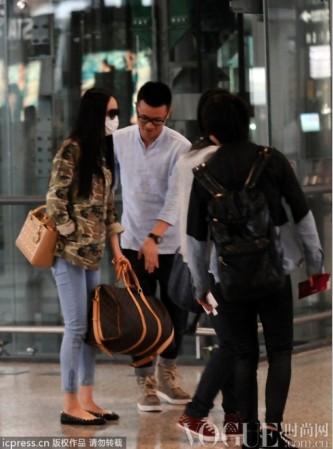 杨幂机场街拍大牌手袋不离身 - VOGUE时尚网 - VOGUE时尚网