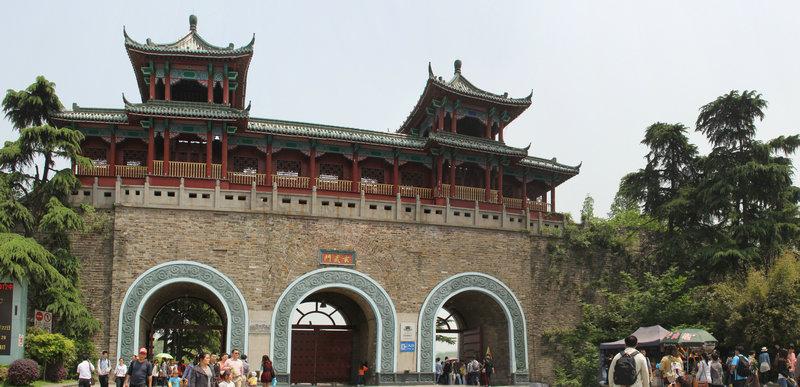 玄武门高大雄伟,但城楼结构比较奇怪.