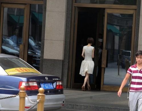 鲁豫身穿白裙,背影销魂(组图) - 遇果林 - 遇果林-原生态博客