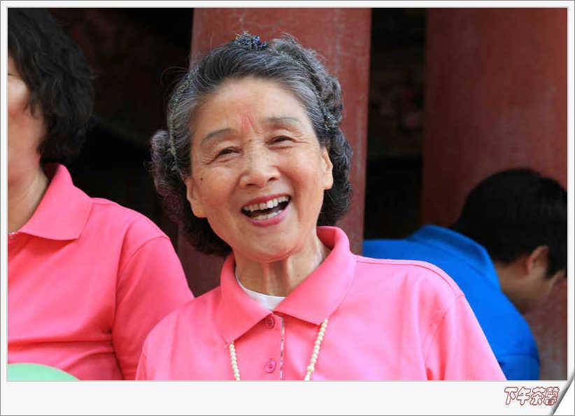 大爷大妈们在万寿山上放歌 - 下午茶馨 - 下午茶馨展示页
