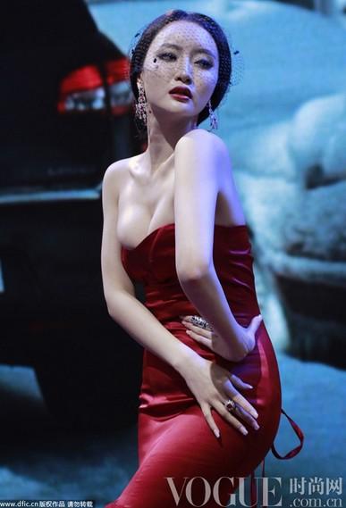 车模大力挤胸神似范冰冰 - VOGUE时尚网 - VOGUE时尚网