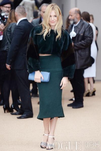 时髦半裙深秋温暖搭配示范 - VOGUE时尚网 - VOGUE时尚网