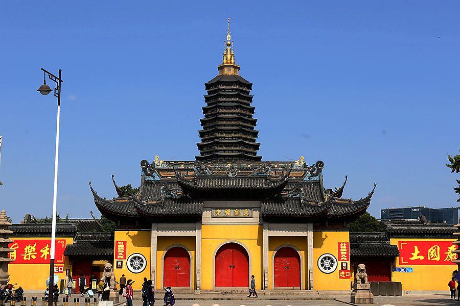 这是江南寺庙中不可多见的一大特色。这里的玉佛,均由佛国缅甸请回的。天宁寺从1990年3月到1995年12月,先后从缅甸请回玉佛15尊,其中,分赠给武进大林寺、溧阳报恩寺、无锡崇庆庵各一尊,现有12尊玉佛。天宁寺有3尊大型卧像玉佛,我们眼前的这尊卧佛长达5.3米,重12吨,另两尊长3.