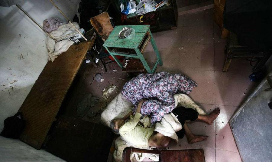 广州八旬老太睡地板子女无人管
