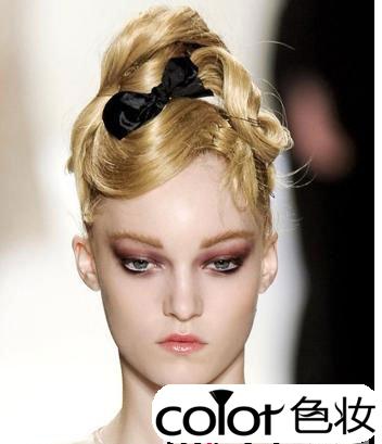 纯真无邪盘发发型 少女风格发髻迅速提升可爱度-色妆化妆造型摄影学校图片