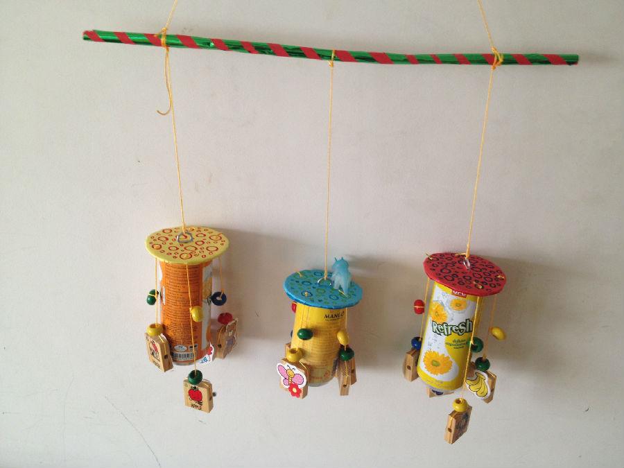 每个易拉罐四周悬挂了四条细绳