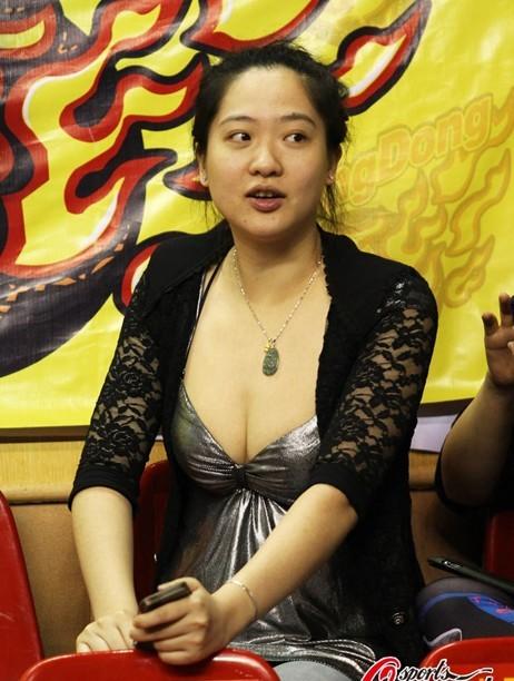 朱芳雨美妻超低胸抢镜遭疯狂围观(组图) - 遇果林 - 遇果林-原生态博客