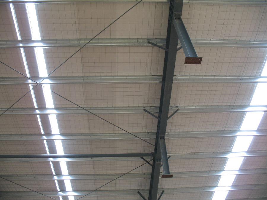 钢结构屋顶选用贴面玻璃棉毡省去了屋面底板减少了成本造价.