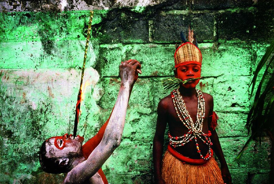 刚果民主共和国雅卡民族的儿童表演者.他们从班顿杜-穿越苦难的幸