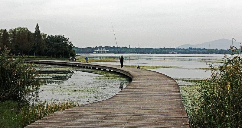 蠡湖畔的亲水木栈道
