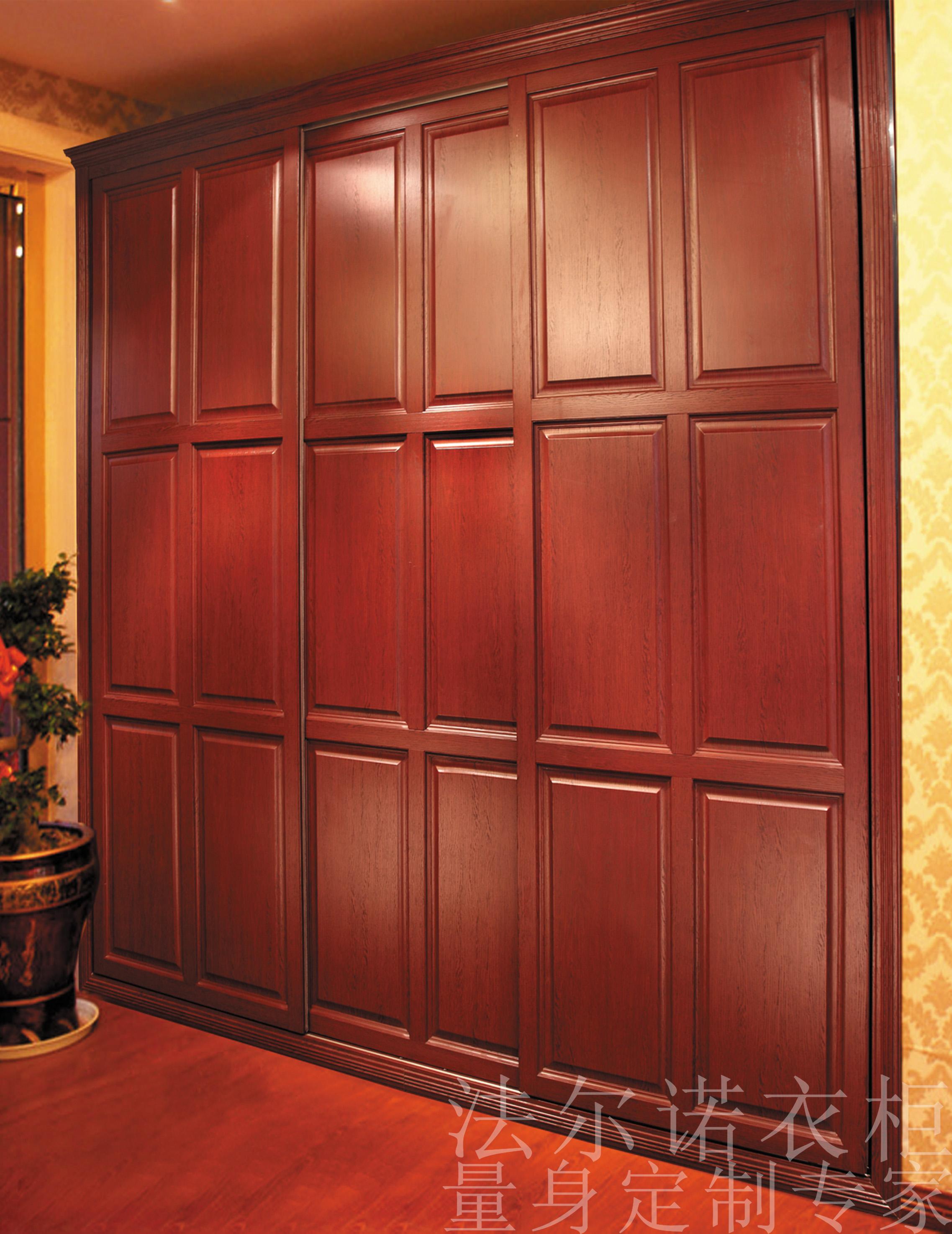 """1.判断家具是否真的为实木制成,或标明哪里是实木,哪里是人造板。窥实木的奥秘:木纹和疤结。这是业内人士透露的鉴别是否整块实木的方法。如一个柜门,外表看上去是一种花纹,那么相应着这个花纹变化的位置,在柜门的背面看相应的花纹,如果对应得很好则是纯实木柜门。另外看疤结也是鉴定纯木的好方法:看好有疤痕的一面所在位置,再在另一面找是否有相应花纹。 2.实木是什么树种制成的,这直接影响价格和质量。在北方,普通实木家具通常采用榉木、白橡木、水曲柳、榆木、楸木、橡胶木、柞木,而名贵的红木家具主要采用""""花梨木、"""
