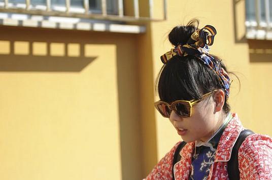 盘点潮人们的发饰街拍 - VOGUE时尚网 - VOGUE时尚网