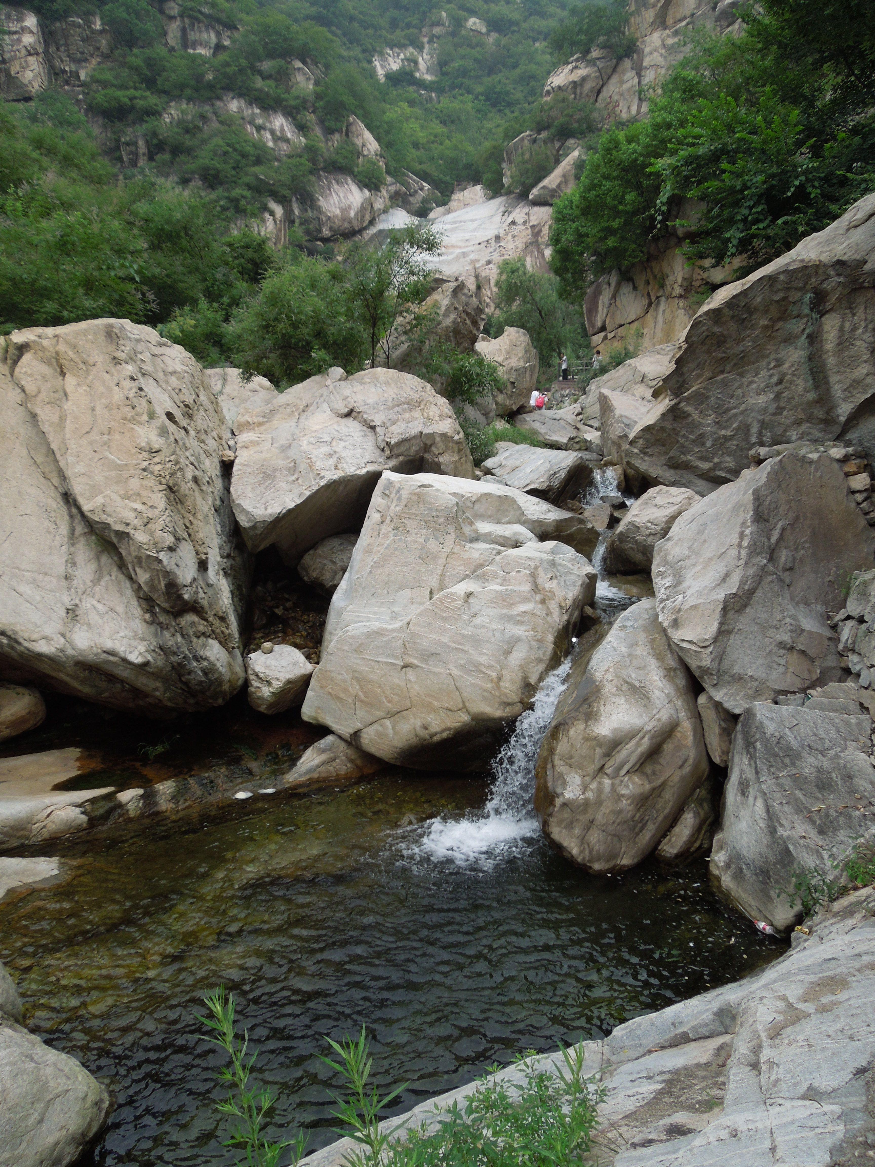 进入九龙瀑布群景区,游路沿着峡谷曲折而上 高清图片