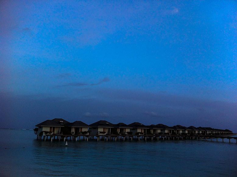 马尔代夫实行的是一岛一酒店管理,住宿分沙滩屋和