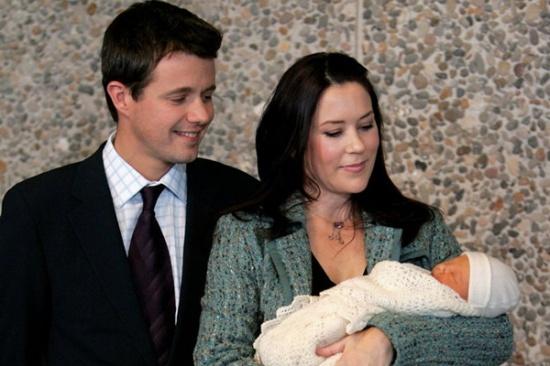 丹麦王储_2011年1月14日,丹麦王储腓特烈和王储妃玛丽·唐纳森抱着龙凤双